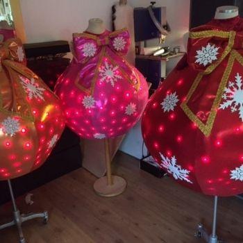 kerst kerstbal looppak mascotte bedazzled roze oranje rood lichtjeskostuum